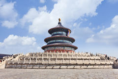 Старое Temple of Heaven против голубого неба с белыми облаками, Пекина, Китая Стоковое Изображение