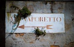 Старое Vaporetto подписывает внутри Венецию Стоковое фото RF