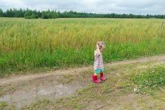 2 старой лет девушки preschooler играя на грязной улице фермы около лужицы Стоковая Фотография RF