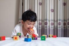 3 старой маленькой милой азиатской лет игрушки игры мальчика или puzzl квадратного блока Стоковые Изображения