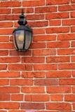 Старомодная смертная казнь через повешение фонарика от кирпичной стены дома Стоковое Изображение RF