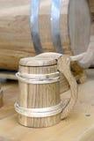 Старомодная, средневековая деревянная кружка стоковое изображение rf