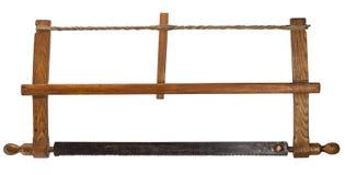 Старомодная узкая прорезная лучковая пила по дереву плотников изолированная на белизне Стоковые Изображения