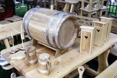 Старомодные, средневековые деревянные кружка и бочонок Стоковая Фотография