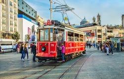 Старомодный красный трамвай на квадрате Taksim - самое популярное назначение в Стамбуле стоковое изображение rf