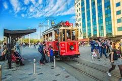 Старомодный красный трамвай на квадрате Taksim - самое популярное назначение в Стамбуле стоковое изображение