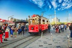 Старомодный красный трамвай на квадрате Taksim - самое популярное назначение в Стамбуле стоковые фото