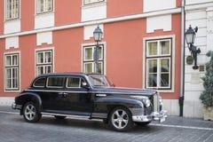 Старомодный ретро автомобиль на улице около здания старого стиля стоковая фотография rf