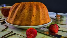 Старомодный торт песка с чашкой черного чая и частями ванили на деревянной предпосылке Торт губки яичного желтка с Стоковое Фото