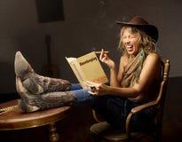 Старомодная книга домоустройства и современная женщина Стоковая Фотография RF