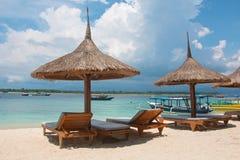 Старомодные зонтики пляжа Стоковая Фотография