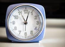 Старомодный лазурный будильник утра Стоковое фото RF