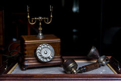 Старомодный деревянный телефон с телефонной трубкой рядом с Стоковые Изображения RF