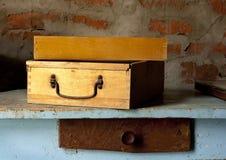 Старомодный деревянный toolbox на таблице Стоковое фото RF