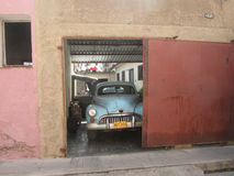 Старомодный кубинський автомобиль в гараже Стоковые Фото