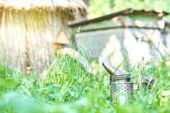 Старомодный курильщик пчелы металла на пасеке Стоковая Фотография