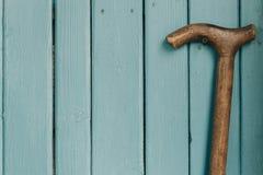 Старость и деревянная винтажная тросточка Справочная информация Свободное место стоковое изображение