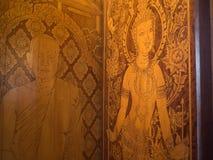 Стародедовская древесина настенной росписи высекая в тайском виске Стоковое Фото
