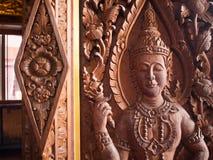 Стародедовская древесина настенной росписи высекая в тайском виске Стоковое Изображение