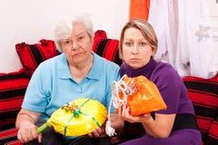 Старо и молодые женщины получая неправильные подарки стоковое изображение rf