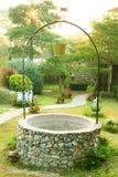 Старо хорошо с ведром в саде стоковое изображение rf