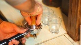 Старты бармена для того чтобы подготовить двойное эспрессо сток-видео
