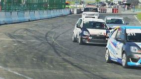 Старт гонки, все автомобили ревет и управляет быстро, начало конкуренции акции видеоматериалы