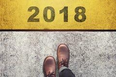 Старт для того чтобы сделать что-то в концепции Нового Года, взгляд сверху, мужчине с l стоковые фотографии rf