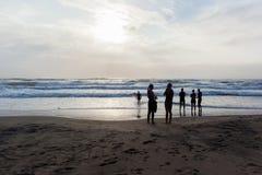 Старт заплыва океана пляжа спортсменов триатлона стоковое фото rf
