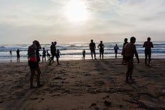Старт заплыва океана пляжа спортсменов триатлона стоковое изображение rf