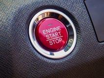 Старт или кнопка стоп автомобиля двигателя на общем современном автомобиле Стоковые Фото
