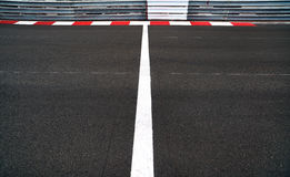 Старт и финишная черта в моторе участвуют в гонке след Grand Prix асфальта и Стоковое Изображение