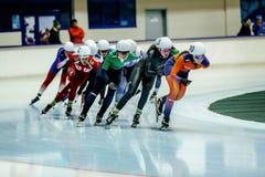 Старт массы конькобежца скорости спортсмена женщин Стоковое Фото