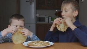 Старт мальчиков для еды блинчиков сток-видео