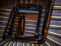 Старт персоны идет взбирается вверх лестницы круга - долгий путь Стоковые Изображения