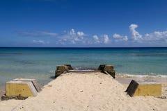 Старт шлюпки на песчаном пляже Стоковые Фотографии RF