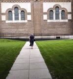 Старуха в соборе Szeged, Венгрии Стоковые Изображения