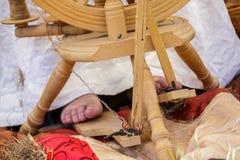 старуха используя колесо старых шерстей закручивая Стоковые Фото