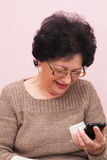 Старуха и умный телефон. Стоковое фото RF