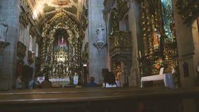 Старуха идя к алтару Capela de Санта-Катарина видеоматериал