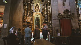 Старуха моля внутри Capela de Санта-Катарина видеоматериал