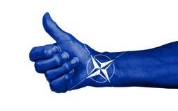 Старуха при артрит давая большие пальцы руки поднимает знак Стоковое Фото