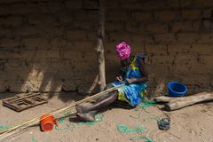 Старуха работая перед ее хатой на деревне Eticoga в острове Orango стоковая фотография rf