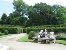 старуха сидя в парке в вене Стоковые Изображения