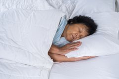 Старуха спать на кровати стоковое изображение rf