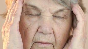 Старуха страдает от головных болей закройте лицевая сторона видеоматериал