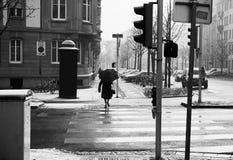 Старуха с улицей скрещивания зонтика Стоковая Фотография