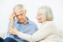 Старуха утешая старшего человека стоковая фотография