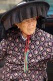 Старуха Hakka в Kat Hing Wai Гонконга Стоковое Изображение