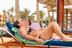 Старухи отдыхая на пляже Стоковое Изображение RF